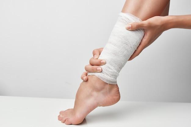 Problema de saúde em close up de perna ferida com curativo