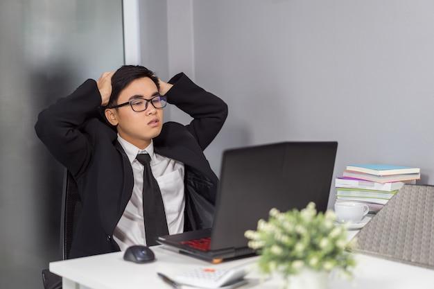 Problema de trabalho de homem de negócios usando o laptop