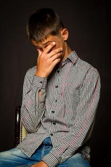 Problema frustrado menino adolescente