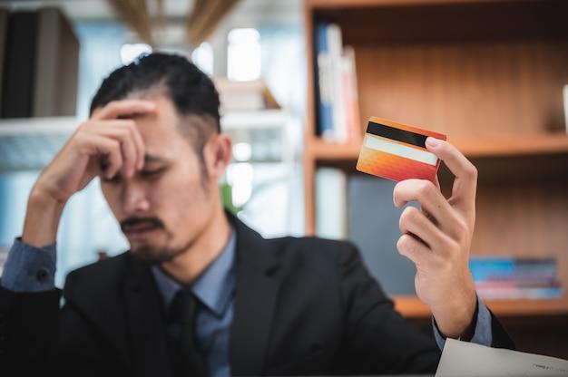 Problema no cartão de crédito, os empresários estão desapontados com os limites do cartão de crédito