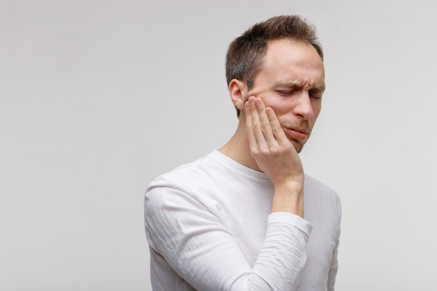 Problema nos dentes, homem que sofre de dor de dente