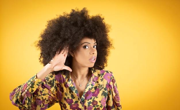 Problemas de ouvido de mulher afro, fundo amarelo - problemas de ouvido de mulher afro