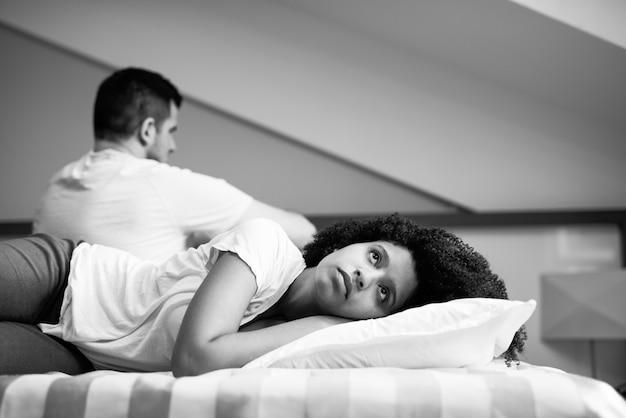 Problemas de relacionamento de casal multirracial.