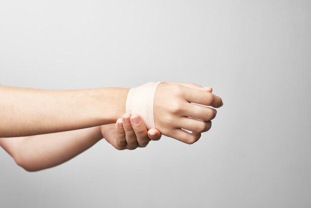 Problemas de saúde com bandagem feminina no braço
