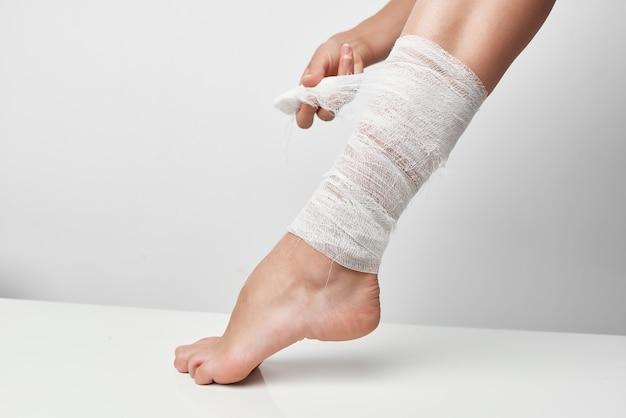 Problemas de saúde perna enfaixada traumatologia closeup