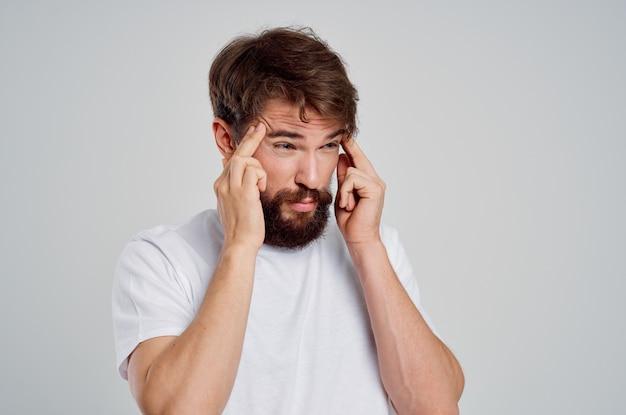 Problemas emocionais de saúde do homem, enxaqueca, transtorno de estresse, tratamento em estúdio