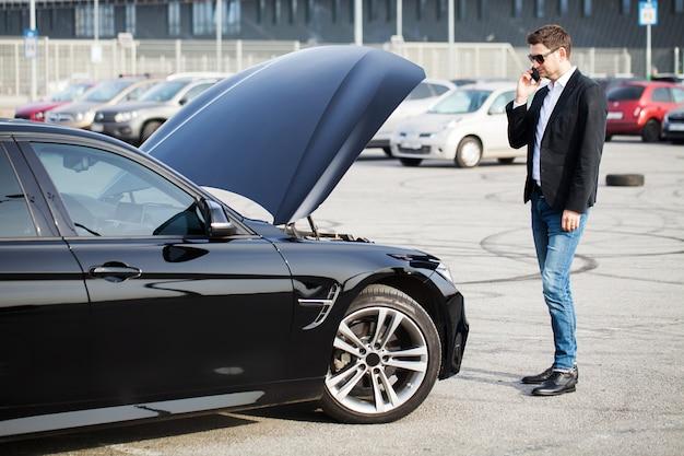 Problemas na estrada homem, com, carro quebrado, chamando, smartphone