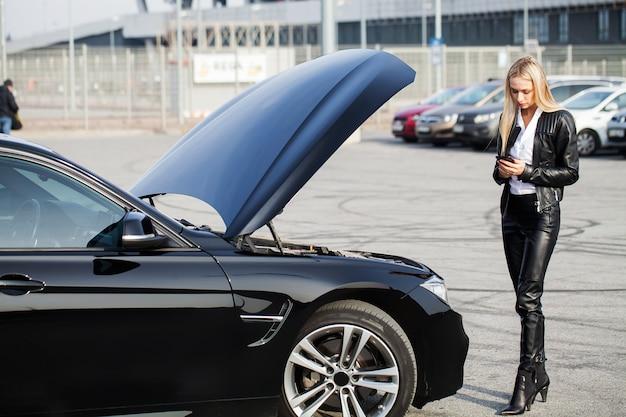 Problemas na estrada mulher, com, carro quebrado, chamando, smartphone