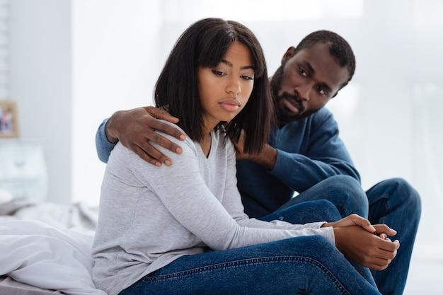 Problemas pessoais. casal jovem e lindo parecendo infeliz, mas tem dificuldades em seus relacionamentos íntimos