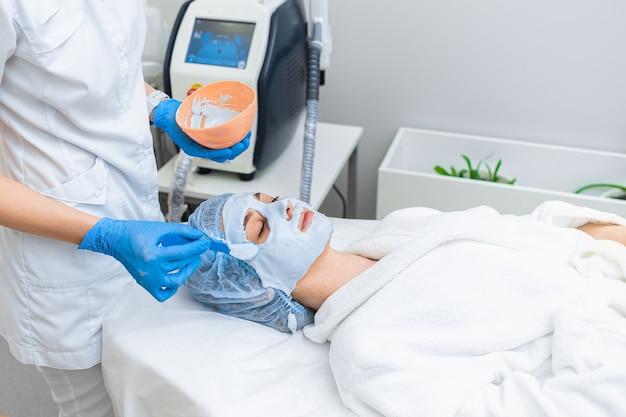 Procedimento anti-envelhecimento com máscara de alginato na cosmetologia moderna.
