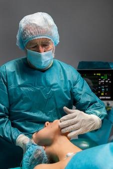 Procedimento cirúrgico feito pelo médico no paciente