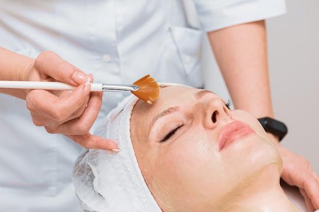 Procedimento com máscara de enzima na cosmetologia moderna.