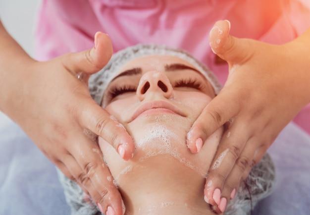 Procedimento cosmético facial no salão spa.