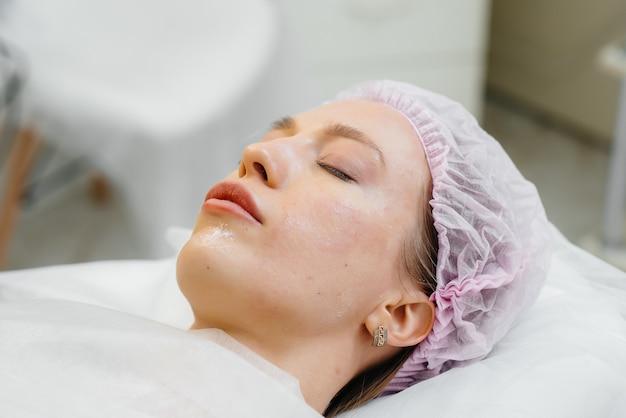 Procedimento cosmético para biorevitalização e remoção de rugas para mulher