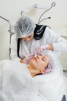 Procedimento cosmético para biorevitalização e remoção de rugas para uma bela jovem. cosmetologia.