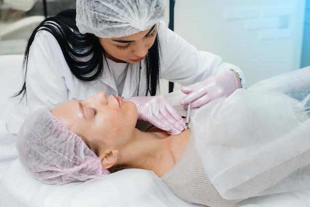 Procedimento cosmético para biorevitalização e remoção de rugas para uma bela jovem. cosmetology.