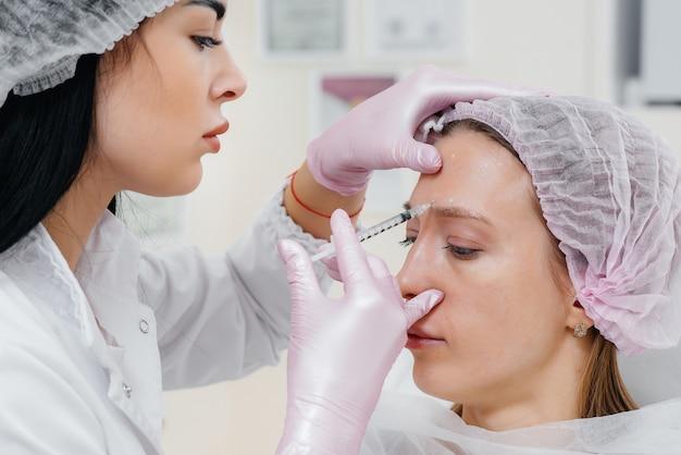 Procedimento cosmético para biorevitalização e remoção de rugas para uma linda jovem