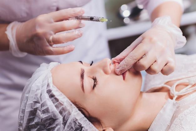 Procedimento de aumento labial com injeção de ácido hialurônico.