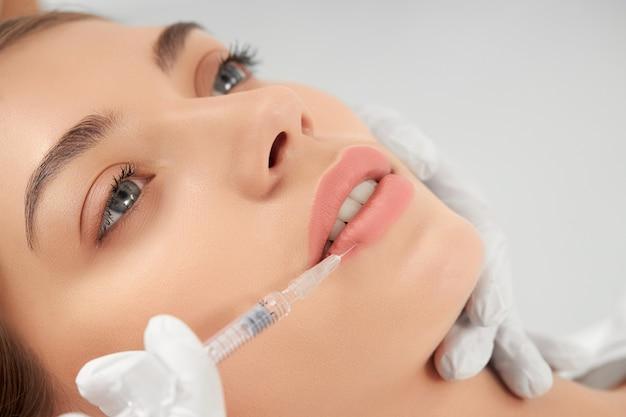 Procedimento de aumento labial em salão profissional