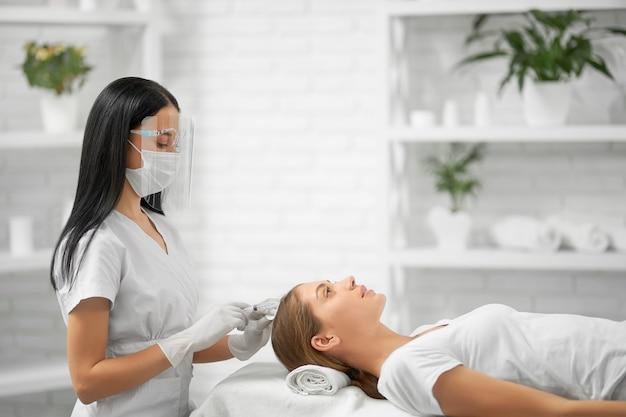 Procedimento de beleza para melhorias no cabelo em salão