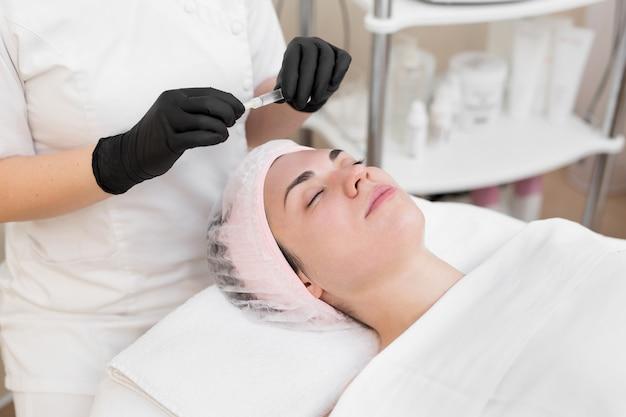 Procedimento de biorevitalização na área dos olhos com uma preparação com ácido hialurônico