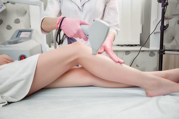 Procedimento de cosmetologia de depilação de um terapeuta