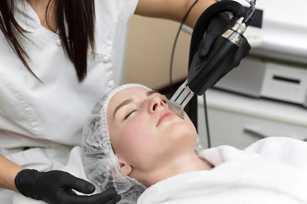 Procedimento de cosmetologia de remoção de cabelo de um terapeuta na clínica de spa de beleza cosmética. depilação a laser e cosmetologia