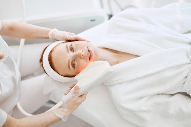 Procedimento de cosmetologia infravermelha de ultra-som para rosto, vista superior, tratamento de beleza.