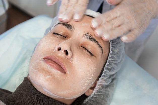 Procedimento de cosmetologia. limpeza, hidratação, massagem, peeling.