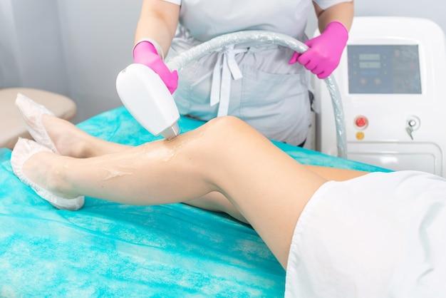 Procedimento de depilação a laser de um terapeuta