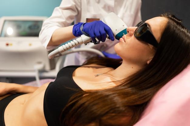 Procedimento de depilação a laser facial