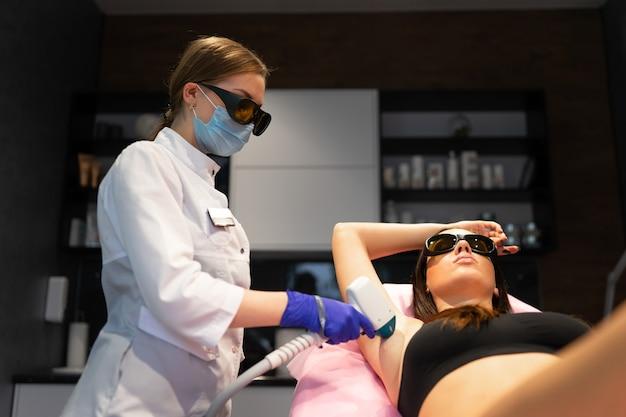 Procedimento de depilação a laser nas axilas