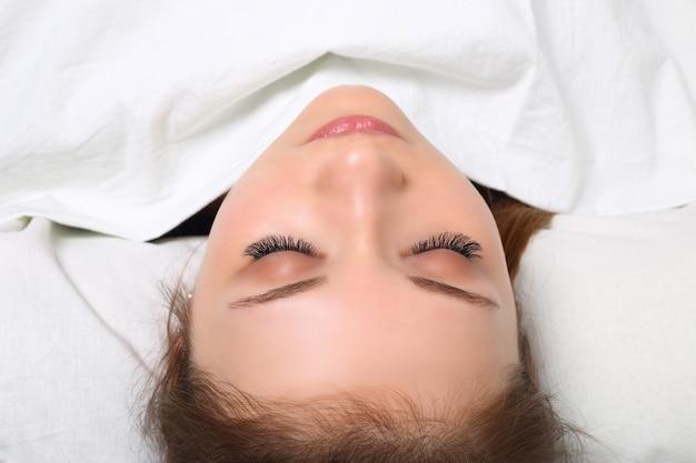 Procedimento de extensão dos cílios. olho de mulher com cílios longos. cílios, close-up, selecione o foco.