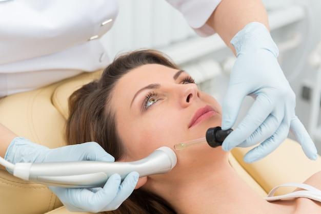 Procedimento de injeção cosmética