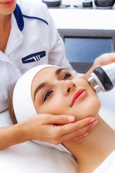 Procedimento de levantamento de rf por radiofrequência em uma clínica de cosmetologia. cosmetologia de hardware. tratamento da pele por esteticista.