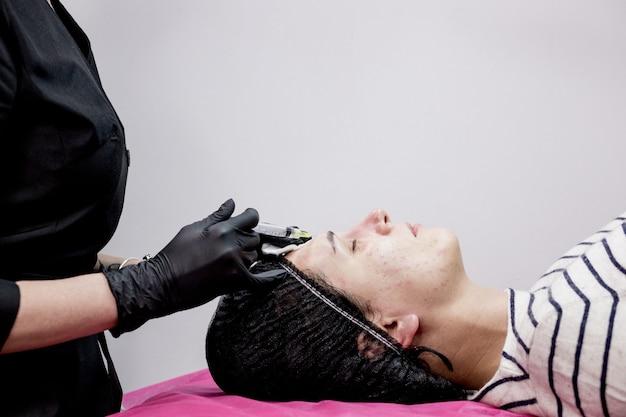 Procedimento de mesoterapia facial em um salão de beleza