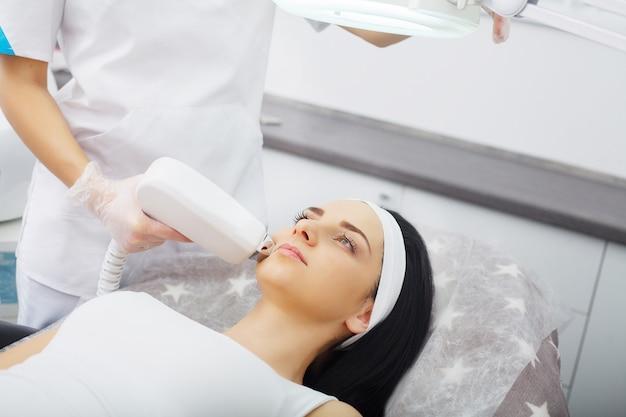 Procedimento de microdermoabrasão. esfoliação mecânica, polimento de diamantes. modelo e médico. clínica cosmetológica. cuidados de saúde, clínica, cosmetologia