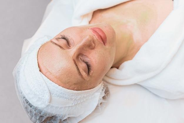 Procedimento de rejuvenescimento com máscara enzimática na cosmetologia moderna.
