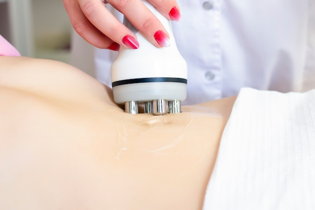 Procedimento de remoção de celulite no abdômen feminino