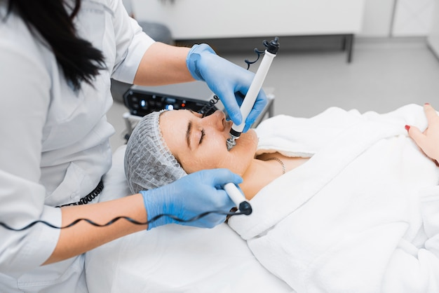 Procedimento de terapia de microcorrente para lifting em uma clínica de cosmetologia.