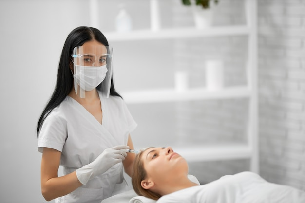 Procedimento para melhorias na pele do rosto em salão de beleza