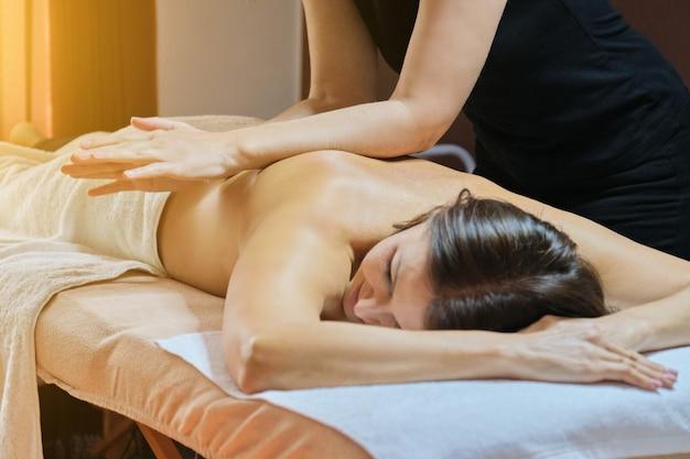 Procedimento profissional de massagem nas costas, mulher adulta recebendo tratamento