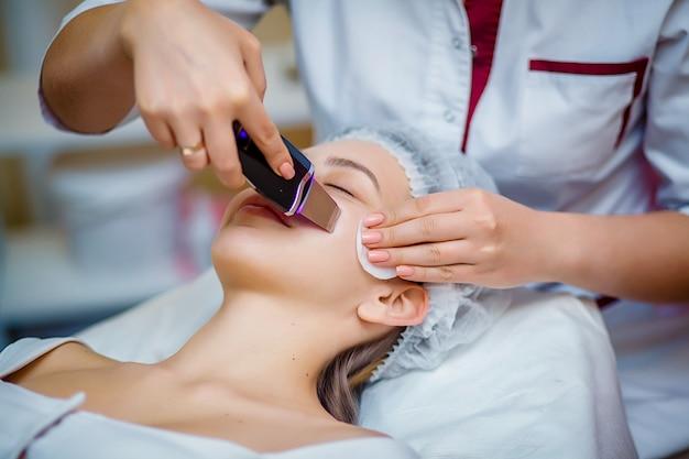Procedimento que limpa os poros entupidos, tratamento ultrassônico para rejuvenescimento da pele