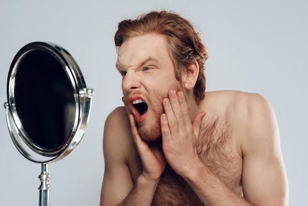 Procedimentos de higiene matinal. isolado em fundo cinza.
