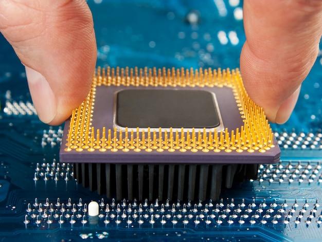 Processador de computador na mão