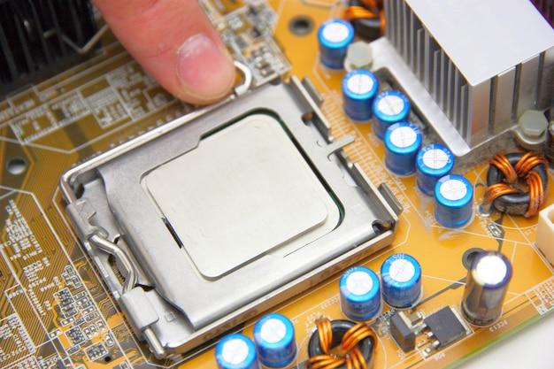 Processador na placa-mãe do computador amarelo
