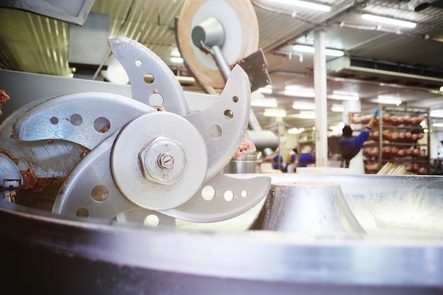 Processamento de carne na indústria alimentícia em um cortador