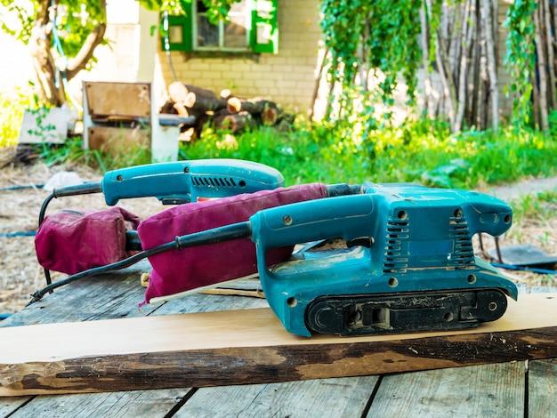 Processamento de madeira. duas máquinas de moer em uma placa.