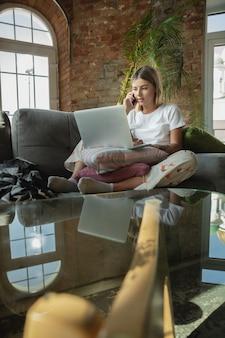Processamento de pedido. mulher caucasiana, freelancer durante o trabalho em home office
