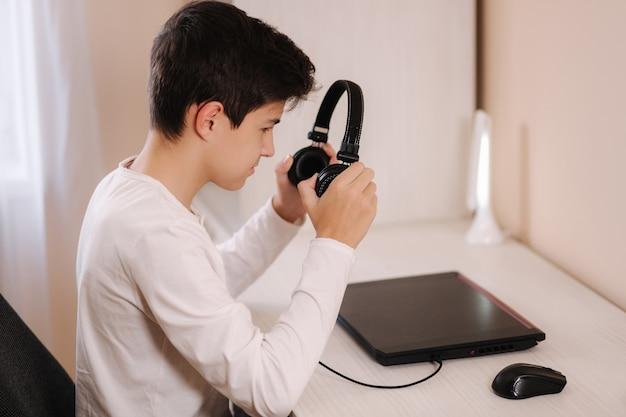 Processo de adolescente colocar fones de ouvido antes de começar a jogar